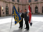 Zastava HGZD-a premijerno predstavljena na 22 ICV FlagBerlin 2007. Graham Bartram drži zastavu FIAV-a i Željko Heimer zastavu HGZD-a tijekom svečane ceremonije otvaranja Kongresa.