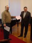 G. Jonovski predaje zahvalnicu MHZ HGDZ-u